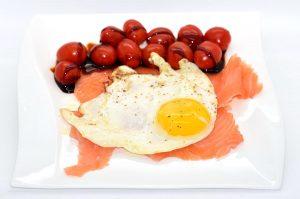 LowCarb Frühstück: Lachs mit Spiegelei und Tomaten