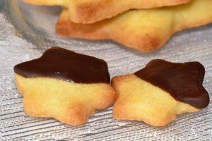Mini-Kekssterne mit Schokoladenüberzug