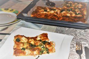 Pizza mit Lachs und Blattspinat