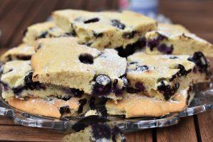 Blechkuchen mit Heidelbeeren und Schokolade
