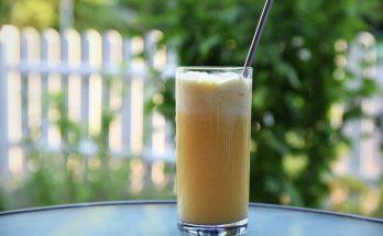 Sommerlicher Cocktail mit Vanilleeis