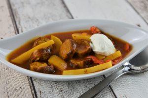 """Currywurstsuppe mit """"Pommes und Mayonnaise"""""""