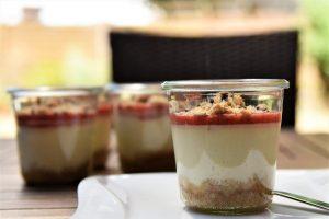 Erdbeer-Käsekuchen im Glas mit Keksboden