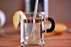 Heißer Gin mit Zitronensaft und Honig
