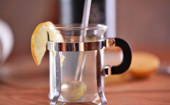 Heißer Gin mit Zitronensaft