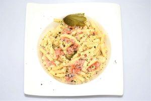 Nudelsalat mit Räucherlachs, Ei und Gurke