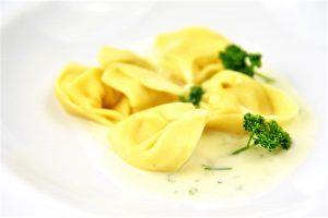 Drei-Käse-Sauce mit leckeren Tortelloni