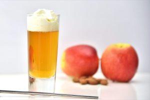 Longdrink: Warmer Apfelsaft mit Amaretto und Sahne