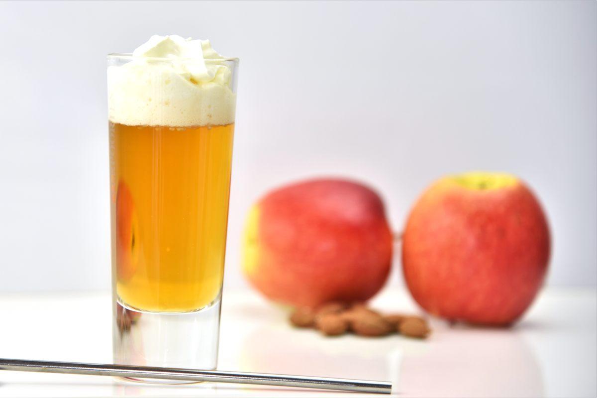 Warmer Apfelsaft mit Amaretto und Sahne