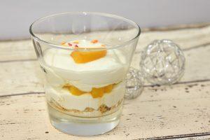 Griechischer Joghurt mit Pfirsich und Cantuccini